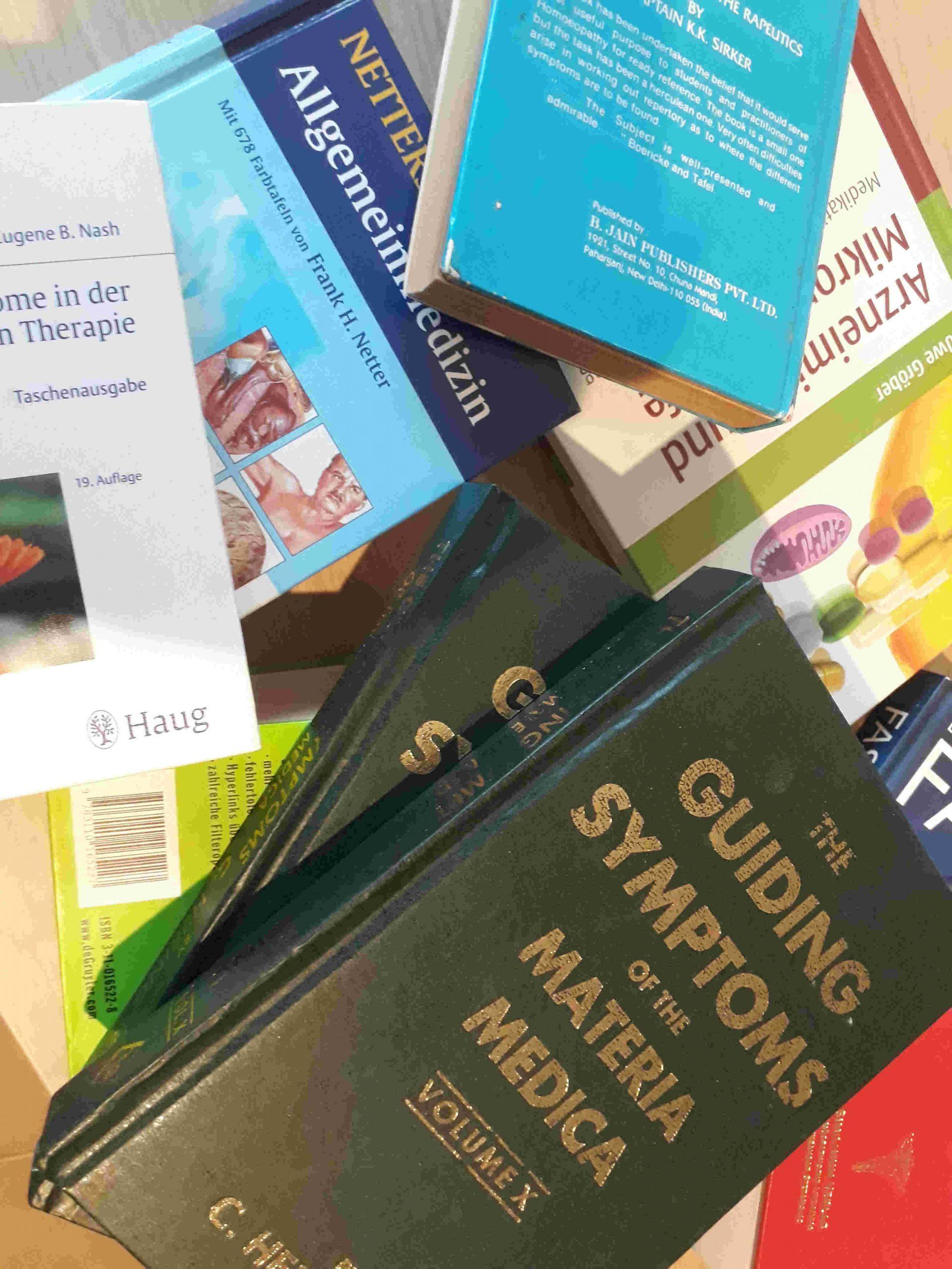 Bücherstapel auf Schreibtisch